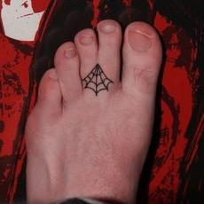 Татуировка паутины на пальце