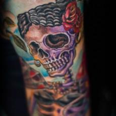 Тату на плече девушки - скелет