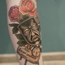 Тату на предплечье парня - маска, розы и надпись