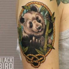Тату на руке девушки - панда