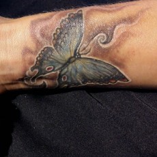 Тату на запястье девушки - бабочка