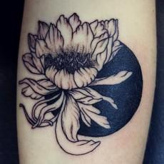 Тату на женской руке - цветок и луна
