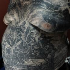 Тату на животе и груди мужчины - солдаты, медведь, корабль