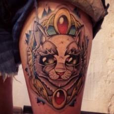Татуировка на бедре девушки - кошка