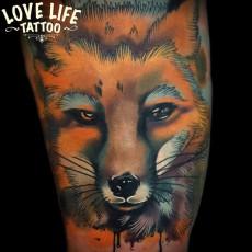 Татуировка на бедре девушки - лис