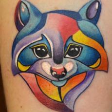 Татуировка на бедре девушки - лис в абстракции