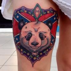 Татуировка на бедре у девушки - панда