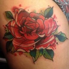 Татуировка на бедре девушки - роза