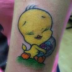 Татуировка на бицепсе девушки - Твитти