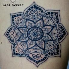 Татуировка на голени девушки - мандала