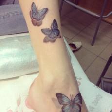 Татуировка на голени у девушки - бабочки