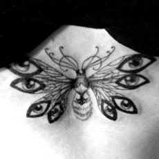 Татуировка на груди девушки - бабочка