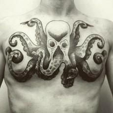 Татуировка на груди парня - осьминог