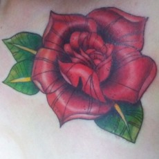 Татуировка на груди у парня - роза
