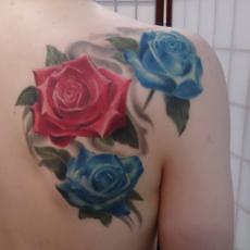 Татуировка на лопатке парня - розы