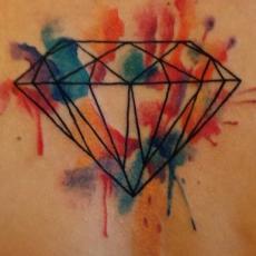 Татуировка на позвоночнике девушки - бриллиант в стиле акварель