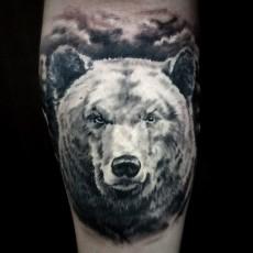 Татуировка на предплечье парня - медведь