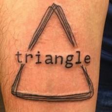 Татуировка на предплечье парня - треугольник