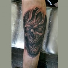 Татуировка на предплечье у парня - череп