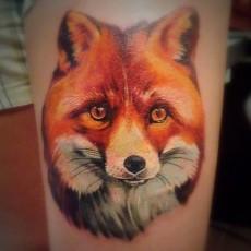Татуировка на руке девушки - лис
