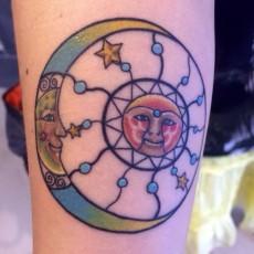 Татуировка на руке девушки - солнце и луна