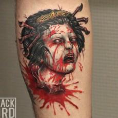 Татуировка на руке парня - мертвая гейша