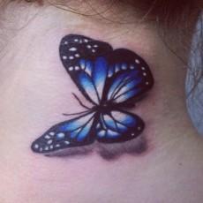 Татуировка на шее девушки - бабочка
