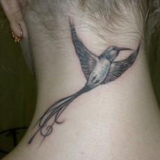Татуировка на шее у девушки - колибри