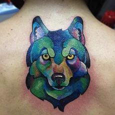 Татуировка на спине девушки - волк в графическом стиле