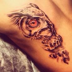 Татуировка на спине парня - филин
