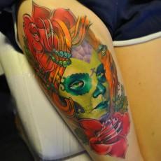 Татуировка в цвете на бицепсе парня - мексиканские черепки
