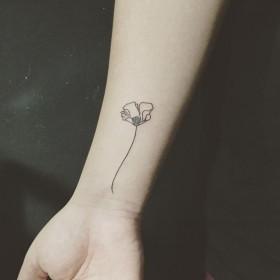 Татуировки мака на запястье