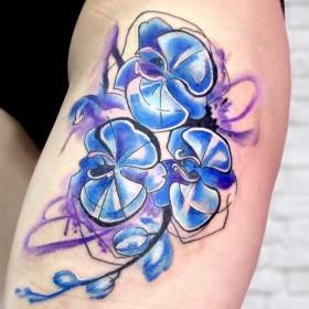 Татуировки орхидеи на бедрах