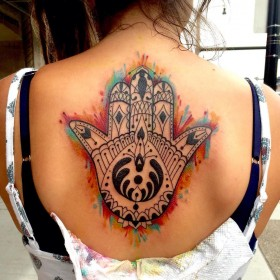 Крутое изображение амулета хамса на спине девушки