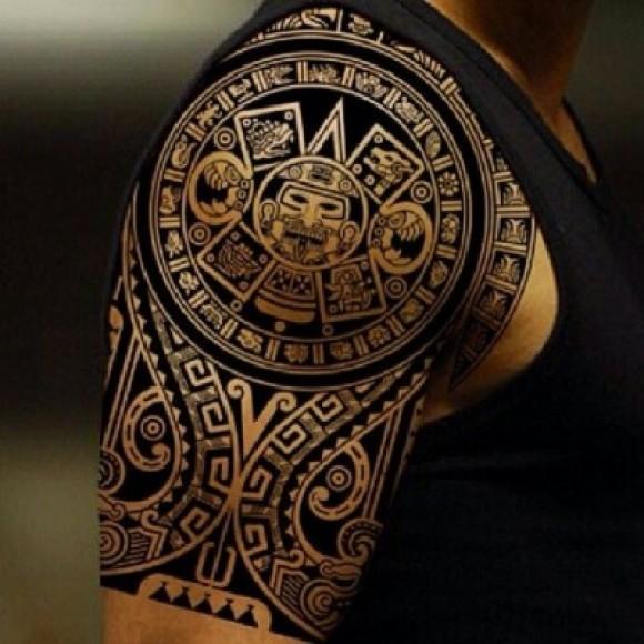 Татуировки в стиле трайбл на бицепсе