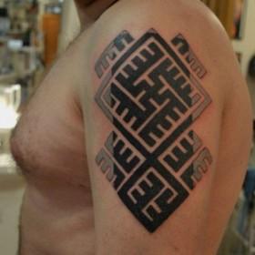 Рисунок амулета на плече мужчины