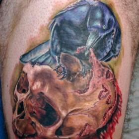Татуировки ворона на бедрах