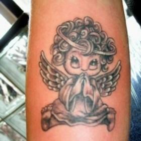 Татуировки ангелов на бицепсе