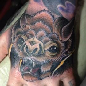 Татуировки летучих мышей на кисти