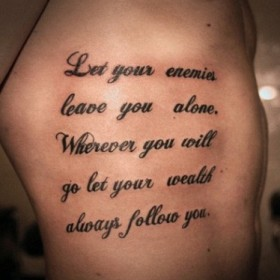 Татуировки надписи на английском на ребрах