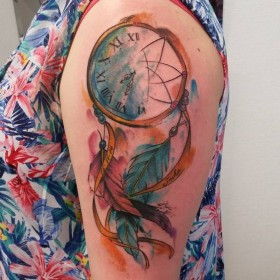 Татуировка амулета ловец снов на плече девушки