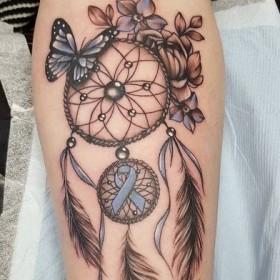 Татуировка амулета ловец снов на предплечье девушки