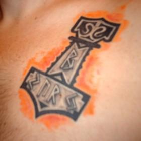 Татуировка на груди у парня - молот
