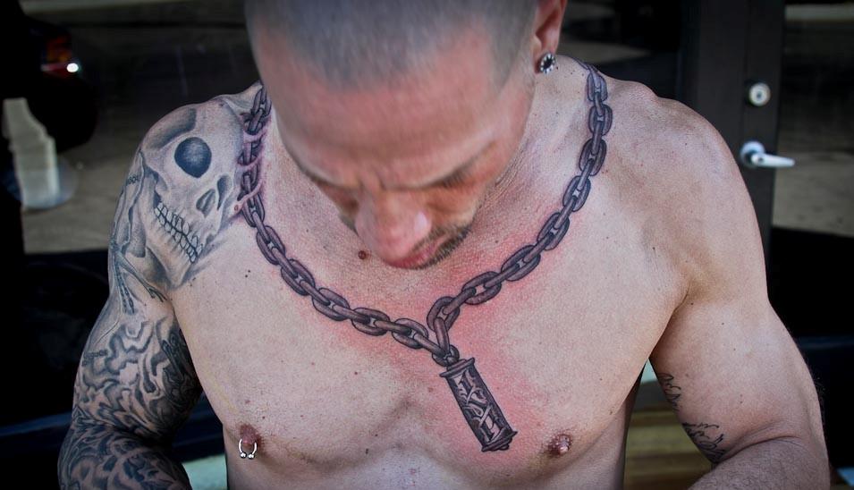 фото тату крест с цепью на шее видите, схема