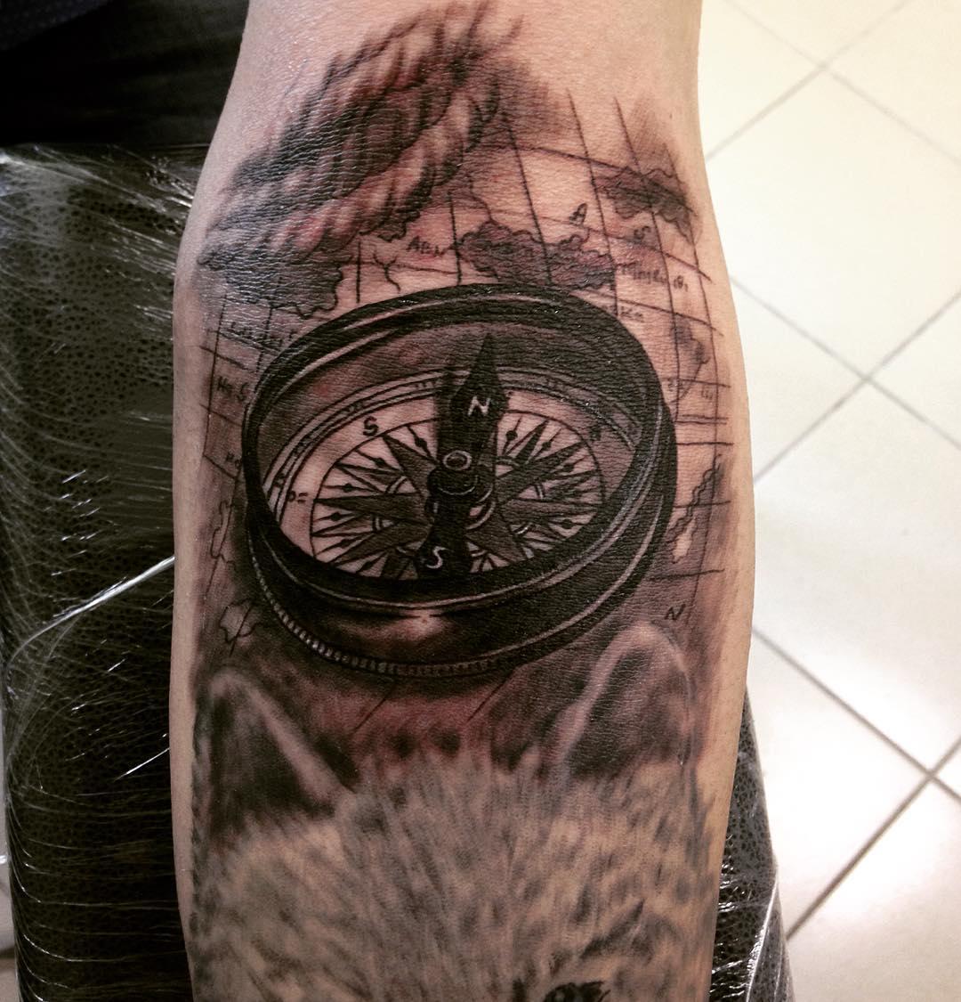 tatuirovka_kompasa_s_kartoj_na_predpleche_muzhchiny.jpg