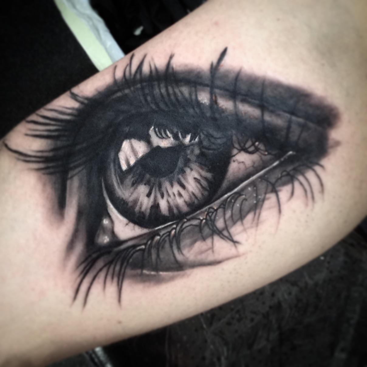 tatuirovka_na_bicepse_devushki_glaz.jpg