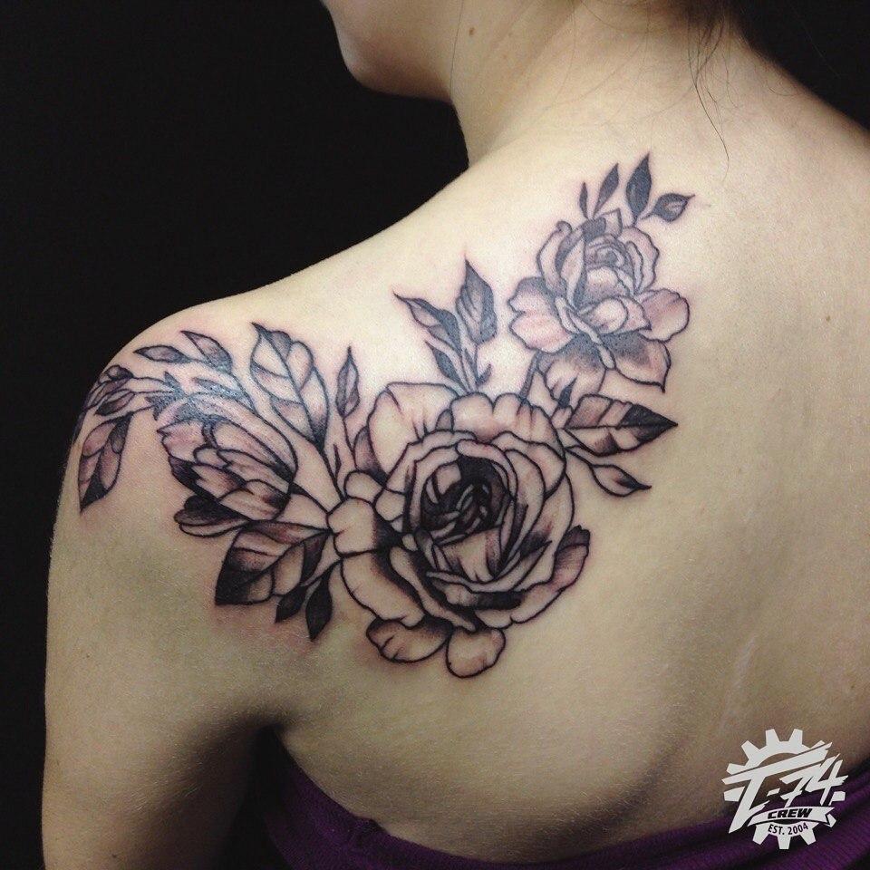 фото женских тату цветов на лопатку является